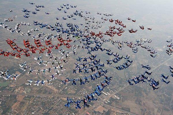 В 2006 году был установлен новый мировой рекорд в Удонтхани, Таиланд. Международная команда «World Team» собрала крупнейшую фигуру из 400 парашютистов. Выброска производилась одновременно из 5 самолётов.
