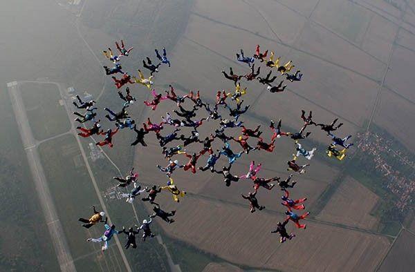Групповая акробатика — наиболее массовый вид парашютного спорта.