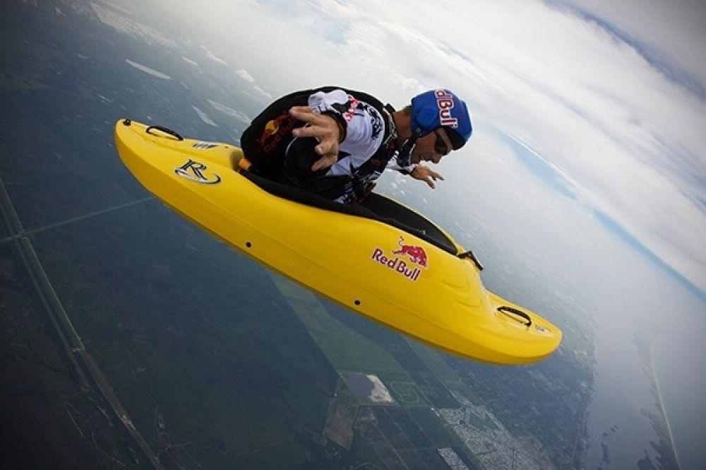 Майлс Дэйшер – первый скаякер в мире, он решил выпрыгнуть из самолета на каяке, таким образом, дав начало новому виду экстремального спорта.