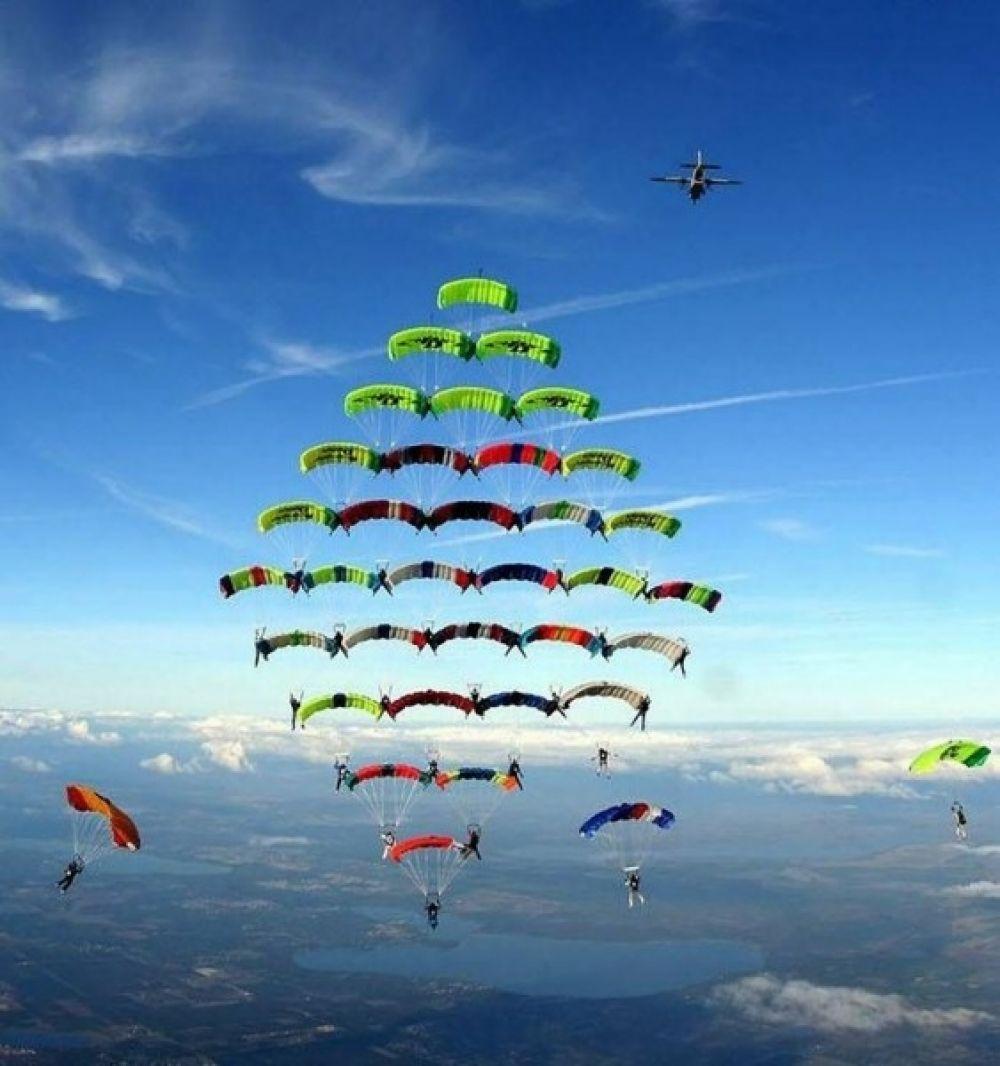 Купольная акробатика — это парашютный вид спорта, где команды соревнуются в построении различных фигур из раскрытых куполов парашютов.