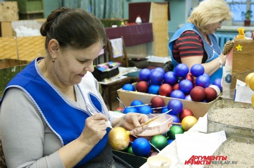 Мастерицы расписывают ёлочные шары целыми днями