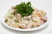 Знаменитый в России салат «Оливье».