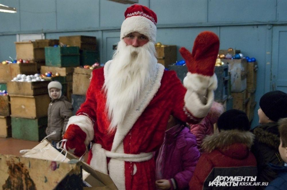 Дед Мороз приехал за украшением для новогодней ёлочки