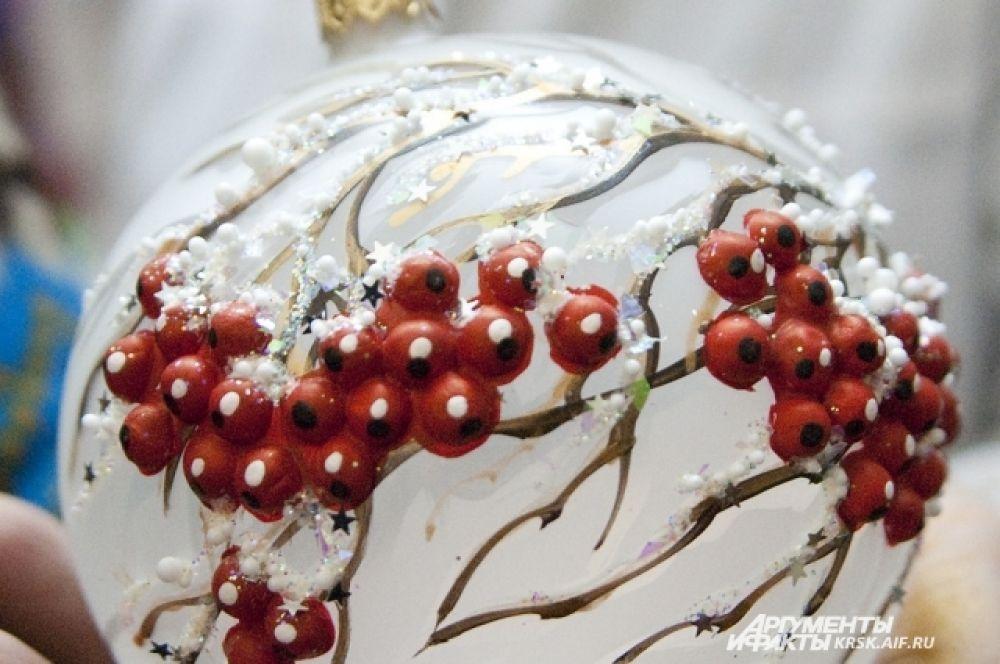 Красная рябина смотрится нарядно и празднично