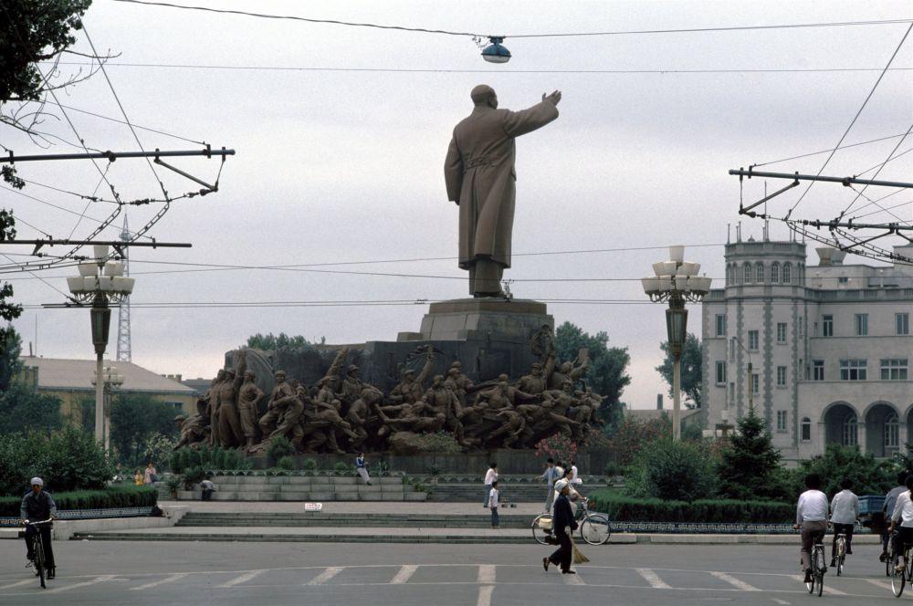 Культ личности Мао Цзэдуна зародился в сороковые годы во время Яньаньского периода, после того как Красная Армия через год после начала Великого марша достигла коммунистического района Шэньси-Ганьсу-Нинся.