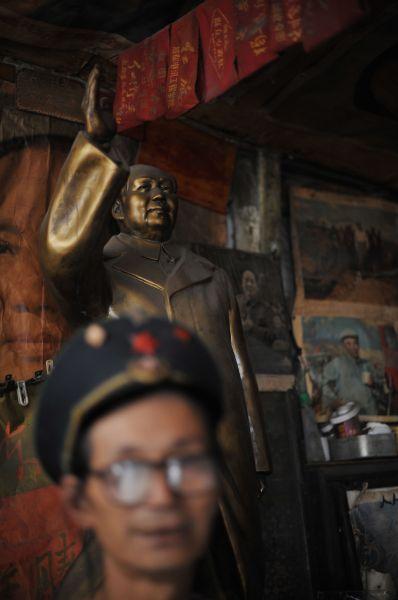 Пассажиры автобусов и поездов должны были хором цитировать сборник изречений Мао, в тоже время уничтожались книги других авторов, чтобы китайцы могли читать только «великого кормчего».