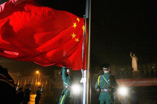 Начиная с 1943 года на передовицах газет стали печатать портреты Мао, а вскоре «идеи Мао Цзэдуна» стали официальной программой Коммунистической партии Китая.