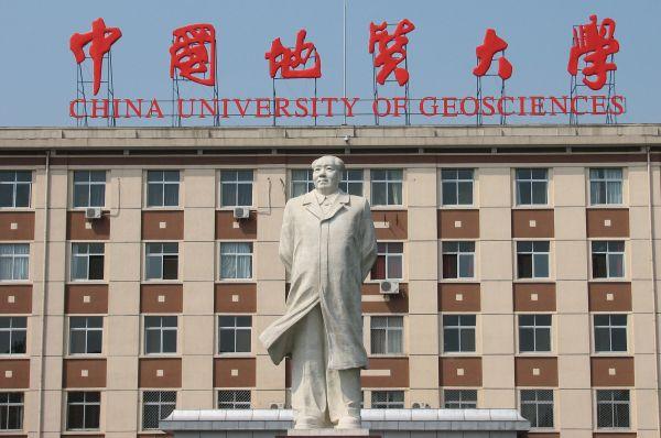 Несмотря на недавний провал программы «Большой скачок» в прессе и пропагандистских сочинениях Мао стали называть «красным солнцем наших сердец» и «мудрейшим председателем». Толпы молодёжи на демонстрациях скандировали лозунги в честь Мао.