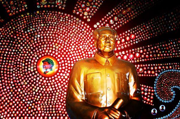 Со временем все значимые явления в стране были сосредоточены вокруг фигуры Мао Цзэдуна, а государственная пропаганда достигла абсурда – доходило до того, что хунвэйбины избивали велосипедистов, оказавшихся на улице без портрета председателя.