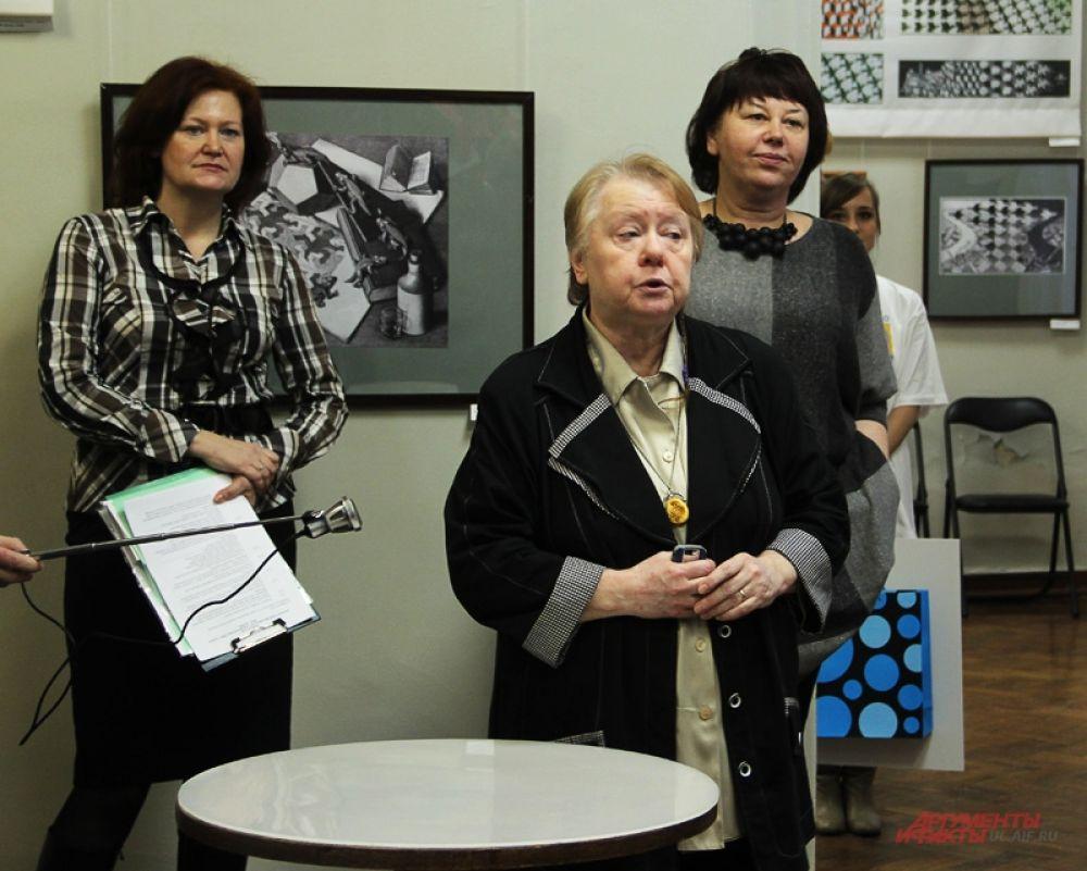 Участников приветствует директор Музея современного изобразительного искусства Елена Сергеева