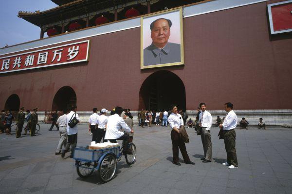 После окончательной победы коммунистов в гражданской войне на площадях городов и в кабинетах чиновников начали появляться портреты и статуи председателя Мао. Через некоторое время они перекочевали в том числе в дома граждан.
