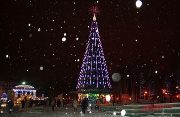 Открытие праздничной ели в Ханты-Мансийске было приурочено к Всероссийскому Съезду Дедов Морозов и Снегурочек - на мероприятии собралось около 170 сказочных персонажей. Кроме этого, было показано театрализованное представление «Олимпийский Дед Мороз».