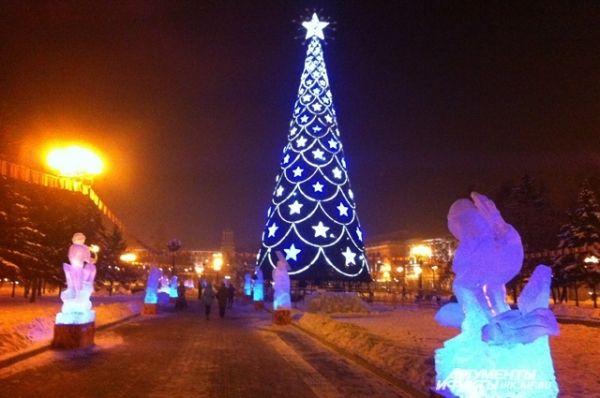 В Иркутске главную ель города установили на площади имени Кирова. Ёлку сразу подключили к иллюминации, а также украсили подсветкой и праздничными огнями всю площадь.