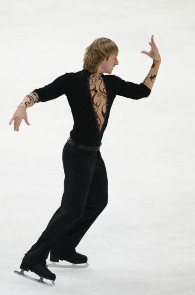 На Олимпийских играх в Турине в 2006 году Плющенко выиграл свою первую и пока единственную золотую медаль, после чего взял перерыв в качестве спортсмена-любителя. Его возвращение в спорт состоялось в октябре 2009 года в серии Гран-при.