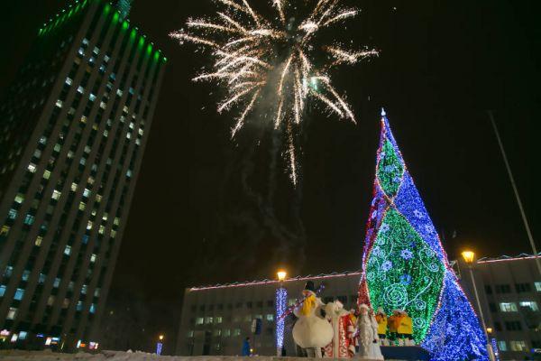 Праздничным фейерверком и выступлениями Деда Мороза, Снегурочки и других персонажей сопровождалось открытие новогодней ёлки и в Архангельске.