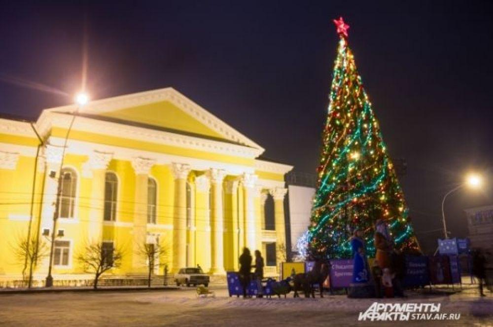 Открытие городской ёлки на центральной площади Ставрополя ознаменовалось концертами местных ансамблей, выступлением первых лиц края, а также праздничным фейерверком.