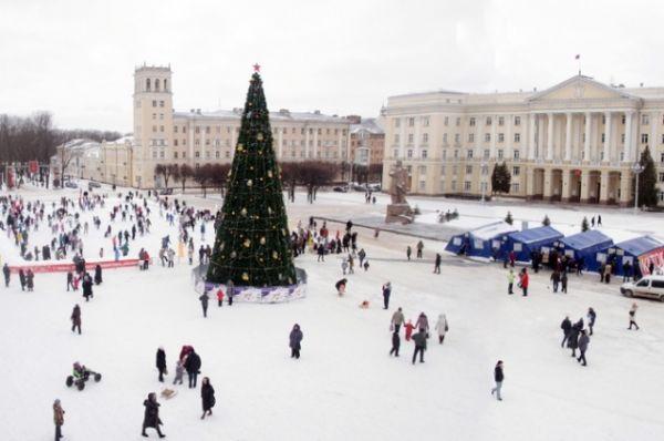 В Смоленске вместе с новогодней ёлкой на площади Ленина также были открыты три катка, рядом с которыми расположены несколько раздевалок в виде деревянных избушек.