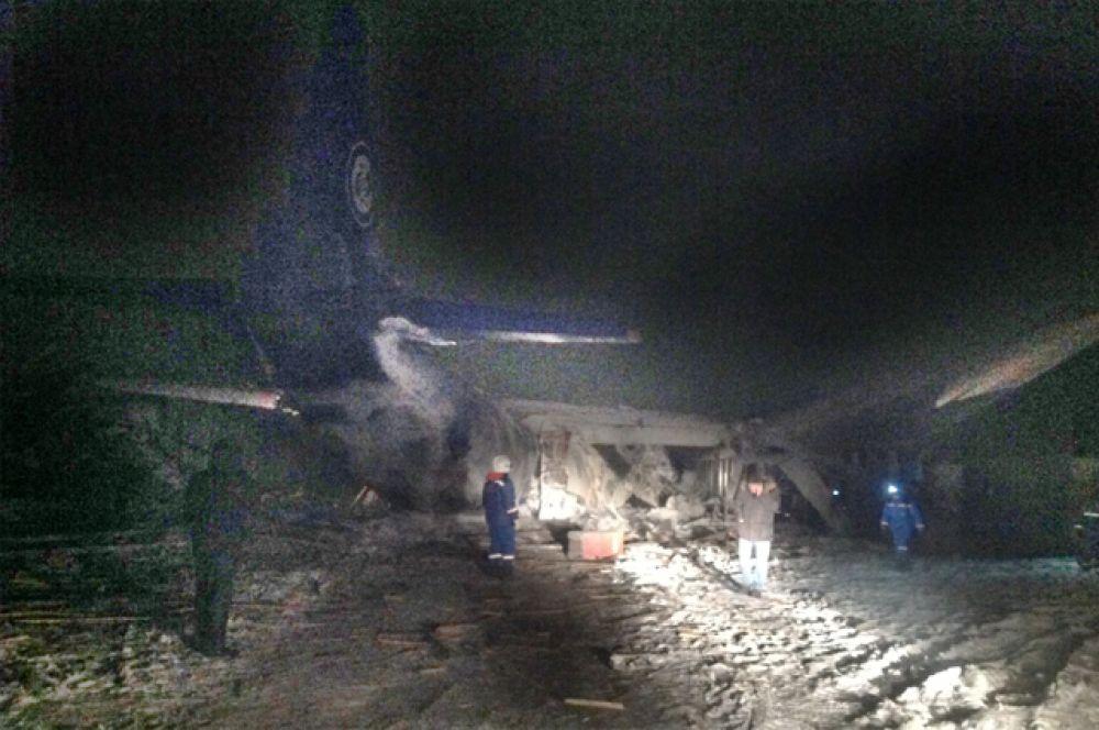 На месте трагедии работают спасатели и психологи МЧС.