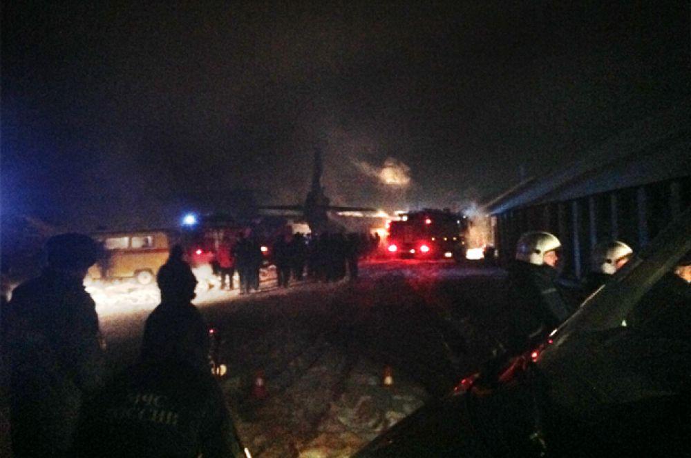 Как уточняется, самолет АН-12 упал на два здания, которые предназначены для хранения обмундирования военнослужащих.