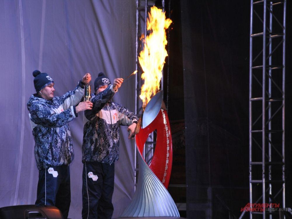 Хранители огня зажигают лампаду...