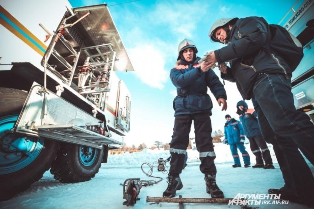 А это знаменитый водолаз Николай Рыбаченко, опустивший олимпийский огонь на дно Байкала.