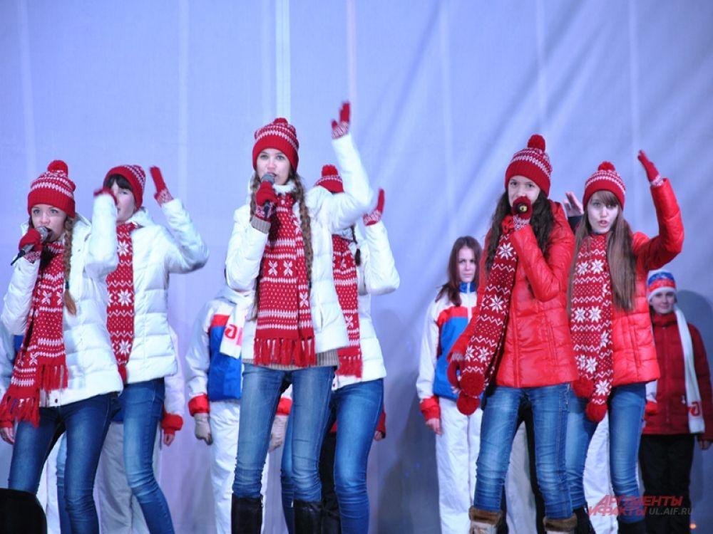 На сцене спели гимн олимпиады...