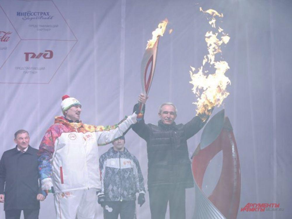 Чашу зажгли Владимир Крылов и губернатор
