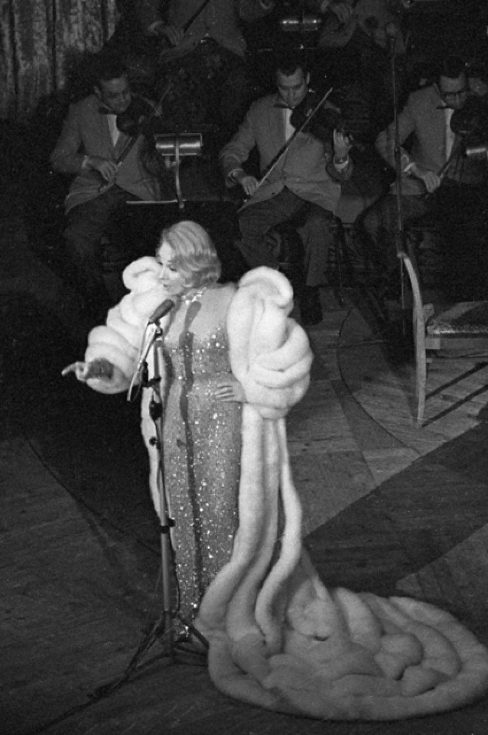 В 1960 году она приехала с гастролями в ФРГ, а тремя годами позже с огромным успехом дала концерты в Москве и Ленинграде, где призналась, что давно мечтала побывать в СССР.