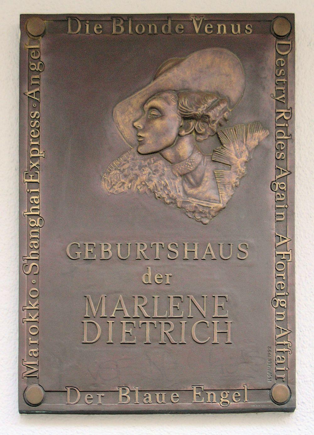 Дитрих скончалась 6 мая 1992 года в результате нарушения функции сердца и почек. Её гроб был доставлен в Берлин покрытым американским флагом. Марлен Дитрих похоронена на кладбище Штадттишер Фридхоф III рядом с могилой матери.