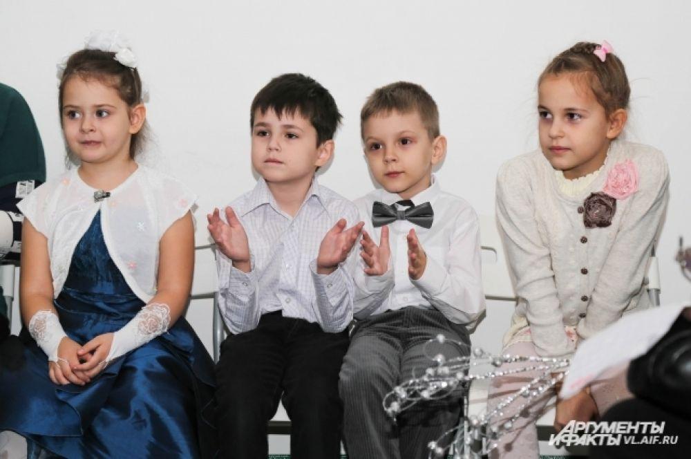 Юные зрители по разному реагировали на выступления чтецов.