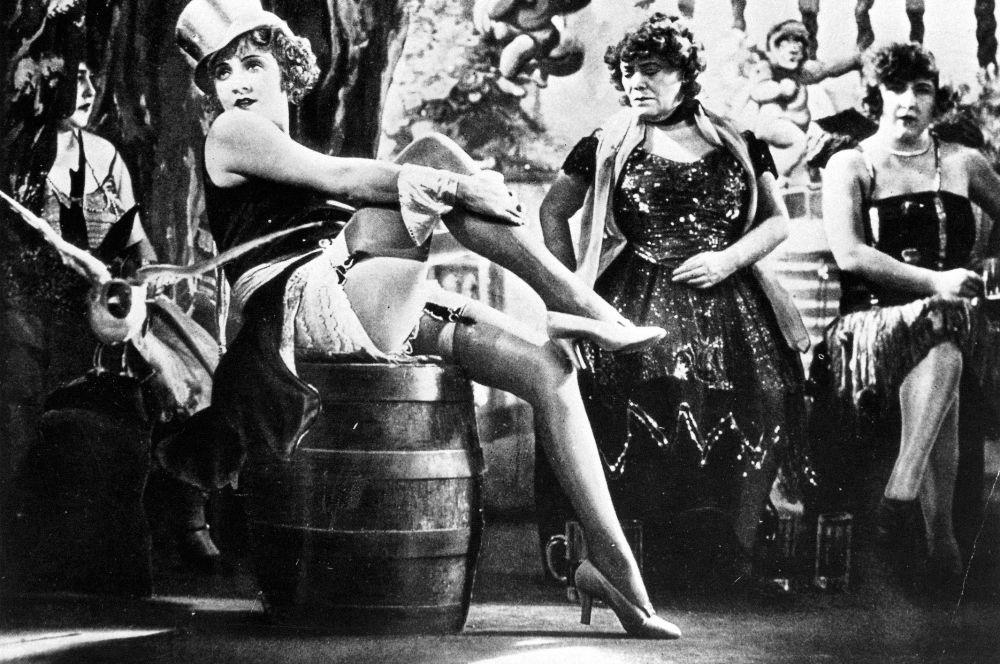 «Голубой ангел» стал сенсацией немецкого кино и одновременно одним из важнейших фильмов Европы. Марлен Дитрих сыграла в картине обворожительную певицу кабаре и после премьеры проснулась знаменитой по обе стороны Атлантики.