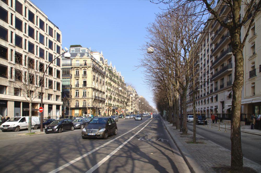 В конце жизни Дитрих уединилась в своей квартире в Париже на авеню Монтень (на фото: дом справа). Последние 11 лет она была прикована к постели и поддерживала связь с внешним миром лишь посредством телефона.