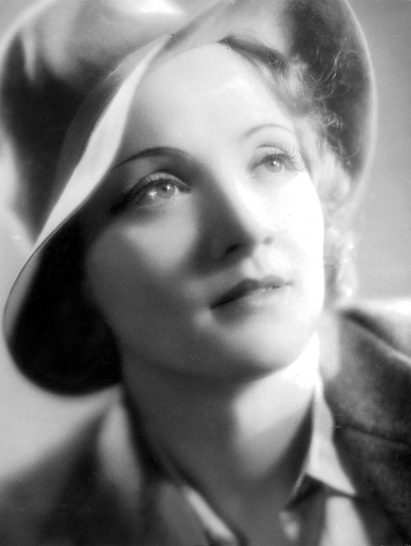 Творческая карьера Марлен Дитрих началась в 1921 году, когда она начала петь и танцевать в Берлинском кабаре Рудольфа Нельсона. В школьные годы Дитрих была ничем не примечательной ученицей, но работая у Нельсона она поняла, что хочет стать звездой.