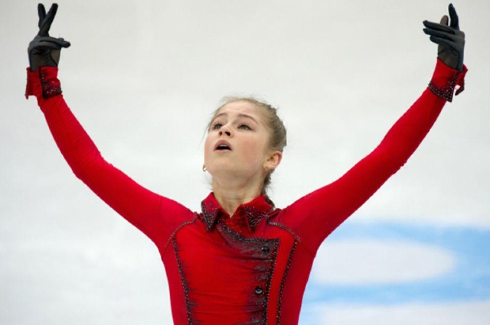 2-е место, Юлия Липницкая, 15 лет, победитель этапов Гран-при сезона 2013/14 в Сочи и Канаде, а также Finlandia Trophy. Чемпионка мира среди юниоров 2011/12, серебряный призер ЧМ среди юниоров 2012/13, серебряный призер чемпионата России 2011/12.