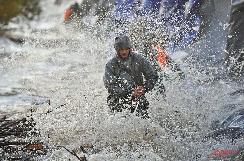 Летом этого года на ряд городов Дальнего Востока обрушилось крупнейшее за 115 лет наводнение. Сотрудникам МЧС приходилось собственными телами сдерживать давление воды, тем не менее в результате катастрофы погибли более ста человек.
