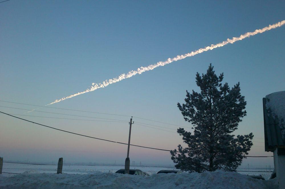 15 февраля в озеро Чебаркуль в Челябинской области упал метеорит. Первоначально его размер составлял около 17 метров в поперечнике при массе 10 000 тонн. В плотных слоях атмосферы астроид распался, а след от него был хорошо виден невооружённым взглядом.