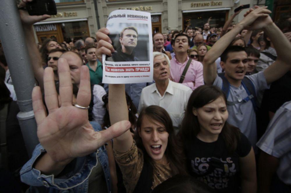 18 июля в связи с вынесением обвинительного приговора Алексею Навальному на улицы вышли десятки тысяч протестующих, посчитавших, что решение суда было несправедливым и политизированным. Навальный был отпущен на свободу и приговорён лишь к условному сроку.