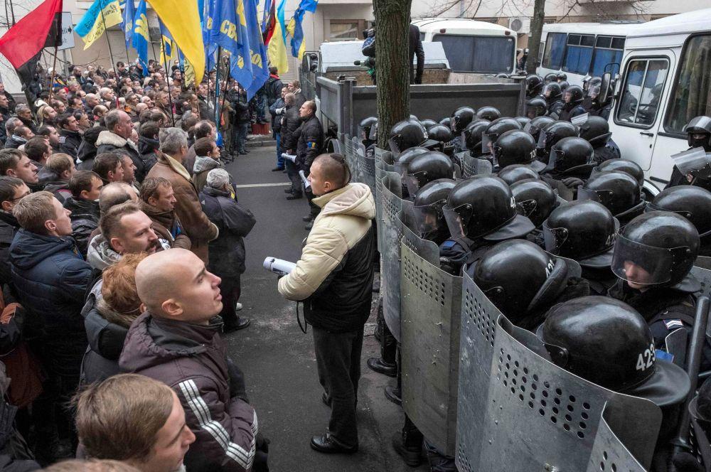 В конце ноября акции протеста вспыхнули в Укарине. Недовольство жителей было вызвано отказом правительства следовать курсу интеграции с Европейским Союзом. Митинги вылились в несколько стычек с силовиками, однако до крупных беспорядков дело не дошло.