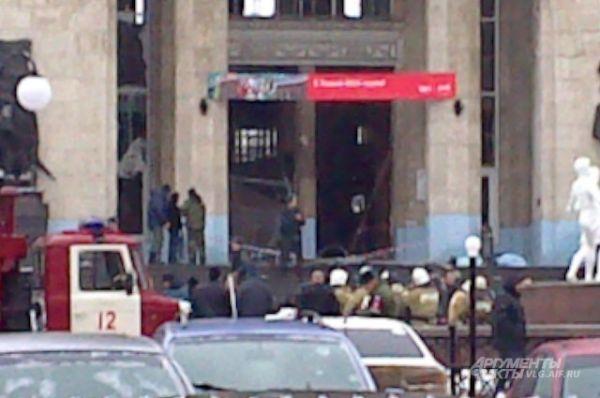 Взрыв на железнодорожном вокзале Волгограда произошел около 12:45. Возле рамок металлоискателей при входе на вокзал взорвалось неустановленное взрывное устройство.