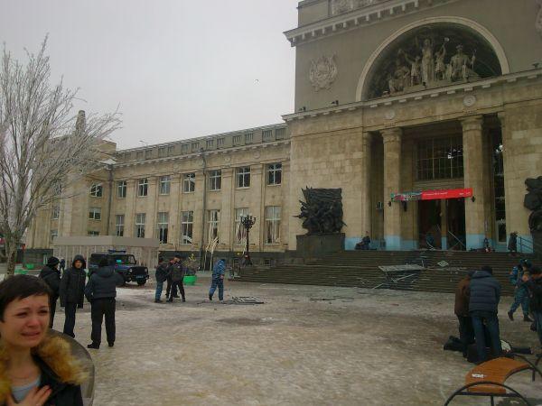 По версии следствия, террористка взорвала себя перед рамками металлоискателей на входе в здание вокзала после того, как к ней приблизился один из полицейских.