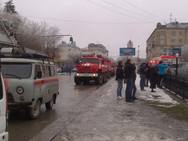 По словам очевидца происшествия, взрыв прогремел в очереди у метталодетектора. В настоящий момент волгоградский вокзал не принимает поезда.