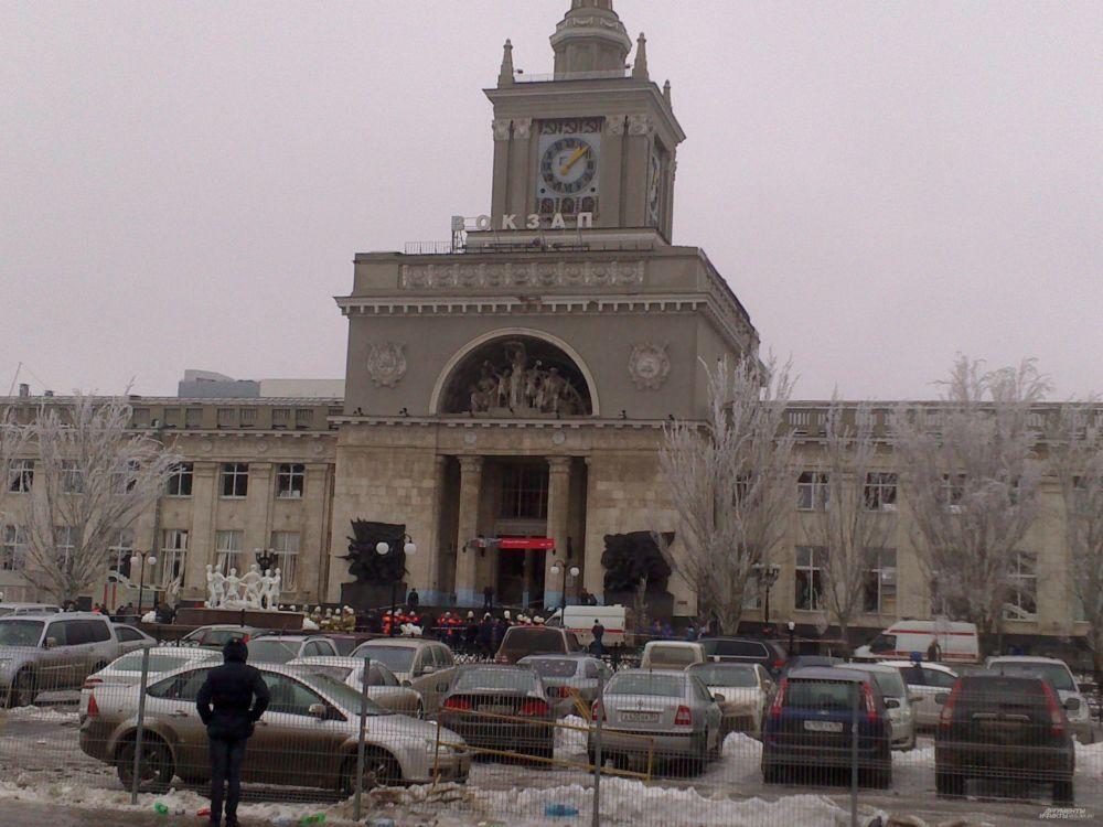 В настоящий момент из здания вокзала эвакуированы все люди, на месте происшествия работают взрывотехники, ОМОН и кинологи с собаками.