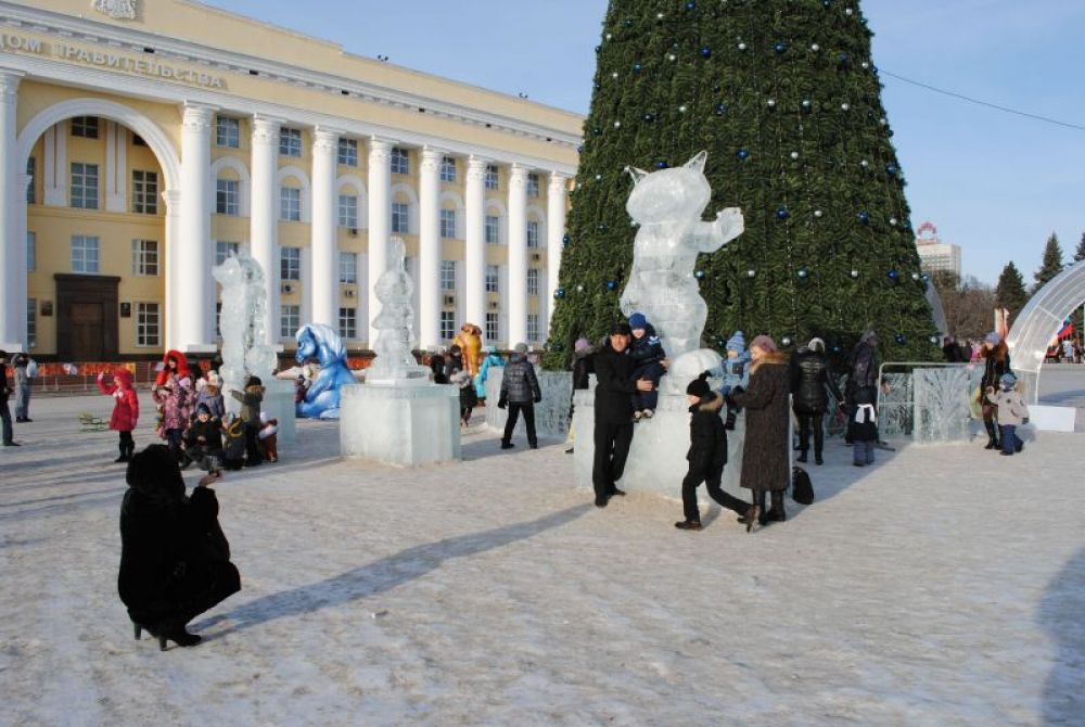 Запечатлеться с ледяными фигурами – обязательный момент прогулки