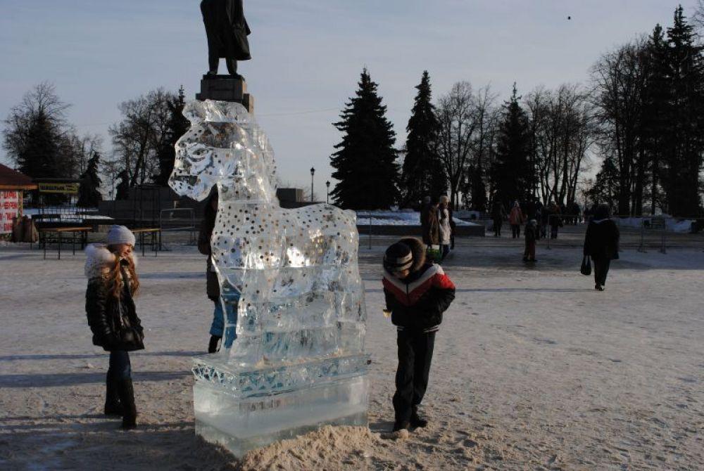Что больше удивляет детей: удивительная красота ледяной лошадки, либо ее «денежные» украшения?