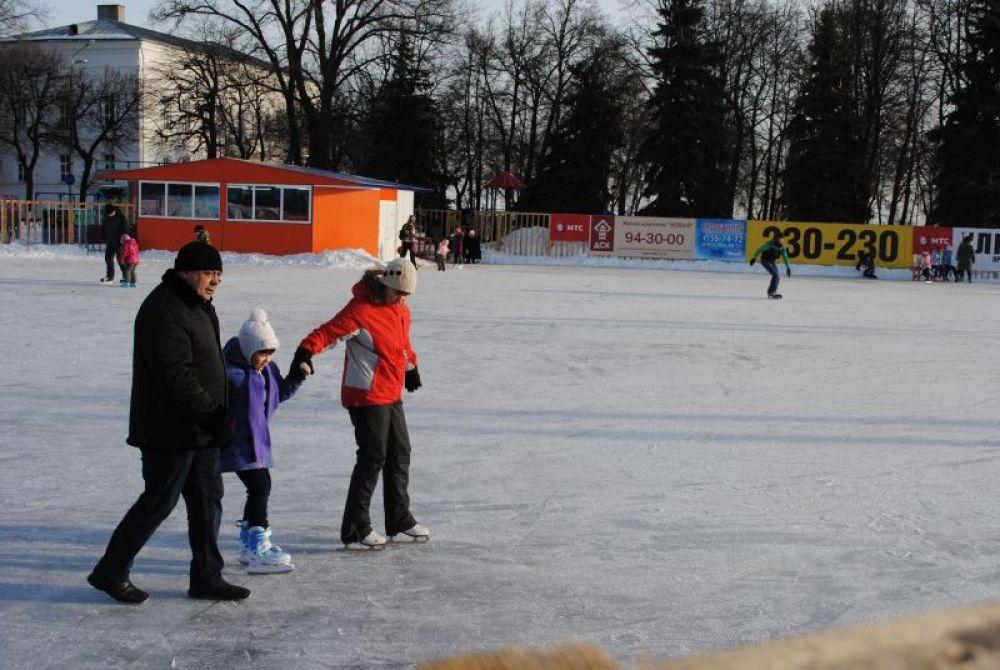 Кто-то делает первые шаги на коньках