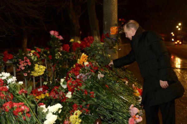 1 января к месту взрыва троллейбуса в Волгограде возложить цветы приехал президент России Владимир Путин.