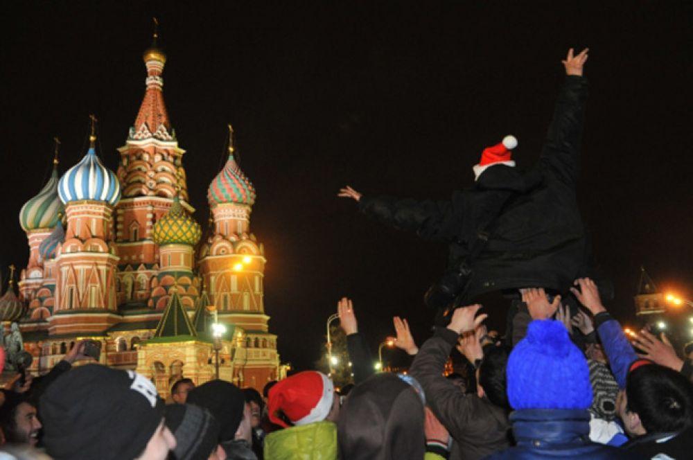 Жители и гости Москвы празднуют встречу Нового 2014 года на Красной площади.