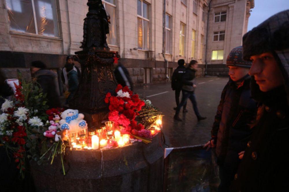 31 декабря у вокзала в Волгограде были зажжены свечи, а также сооружён импровизированный мемориал.