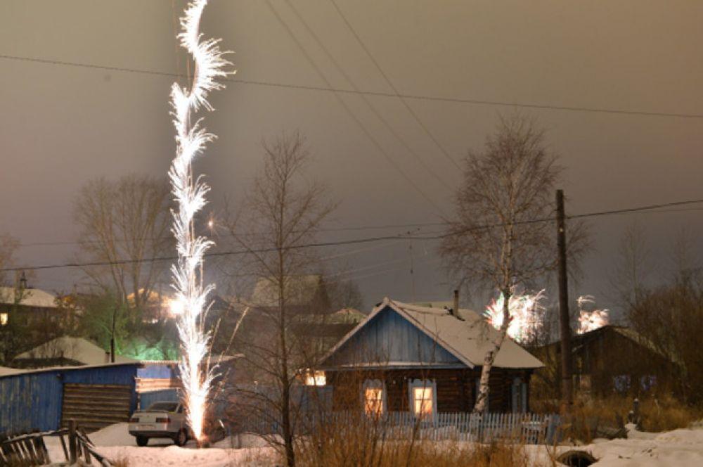 Фейерверк во дворе частного дома в городе Тара, Омская область.