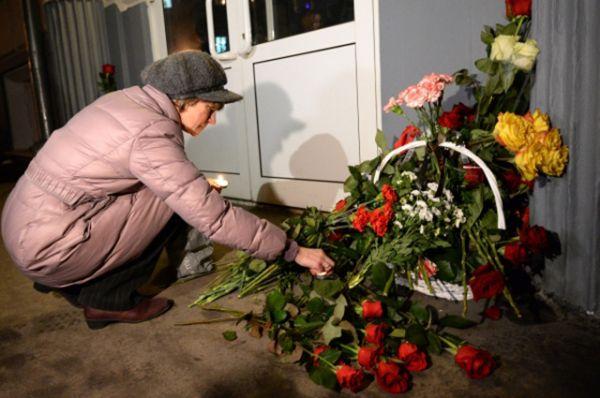 Параллельно тем же днём жители других городов России несли цветы к зданиям представительства Волгограда.